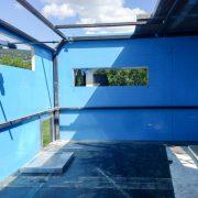 La structure restera visible. Le bleu est une couche de protection du PVC